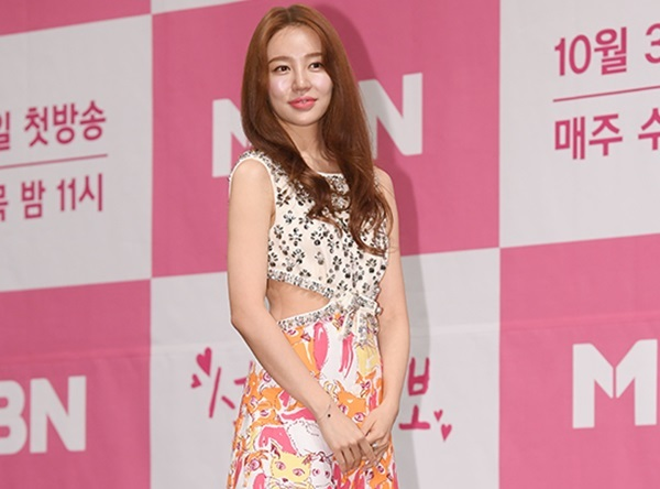 Theo thời gian, gương mặt Yoon Eun Hye ngày càng lộ dấu hiệu tuổi tác, tuột dốc so với quá khứ. Dường như để cứu vãn sự tươi trẻ, nữ diễn viên đã sử dụng những biện pháp dao kéo. Trong lần xuất hiện mới nhất ngày 31/10, Yoon Eun Hye gây sốc với gương mặt sưng phù, đơ cứng, chiếc cằm dài bất thường.