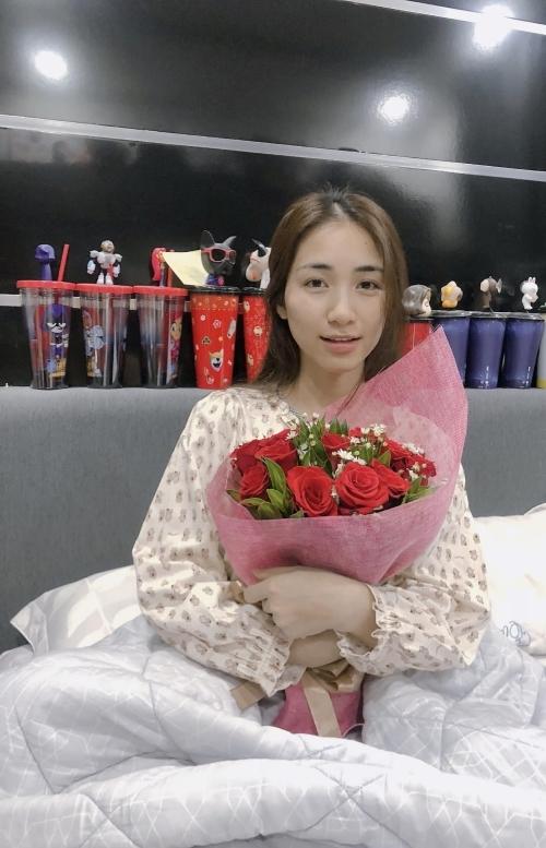 Hòa Minzy được bạn trai tặng hoa trong ngày xuất viện.