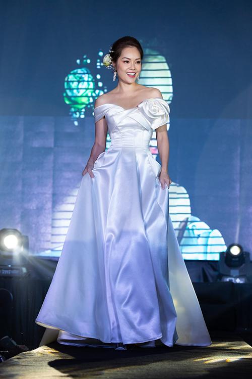 Diễn viên Dương Cẩm Lynh ngày càng rạng ngời, mạnh mẽ sau chuyện ly hôn. Cô còn tham gia trình diễn trên sân khấu.
