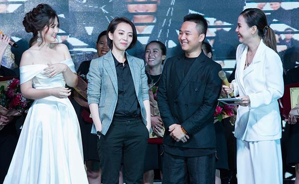 Ngày 2/11, chuyên gia trang điểm Trí Trần đã tổ chức lễ tốt nghiệp khóa học trang điểm cho các học viên tại TP HCM. Từng trang điểm cho hàng loạt mỹ nhân đình đám showbiz Việt nên sự kiện thu hút đông đảo khách mời.