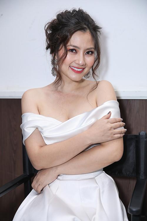 Diễn viên Ngọc Lan quyến rũ khi diện váy trắng gợi cảm.