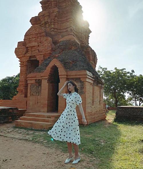 Mỹ Linh như một cô tiểu thư giữa khung cảnh bình yên của Bình Thuận.