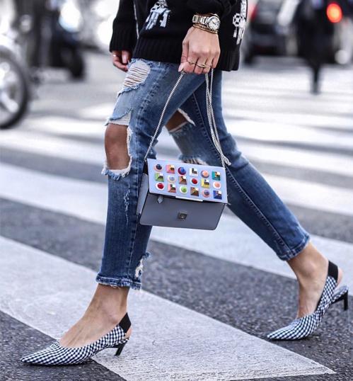 Giày kitten heels từng được xem như món đồ điệu đà, chỉ hợp với váy áo cổ điển. Tuy nhiên giờ đây, nó được các cô gái mix linh hoạt cùng nhiều trang phục khác nhau, thậm chí ngay cả với jeans rách bụi bặm. Nhược điểm của đôi giày này là hầu như không có tác dụng trong việc ăn gian chiều cao. Phần gót quá nhọn và mảnh nên đi lâu cũng không thoải mái.