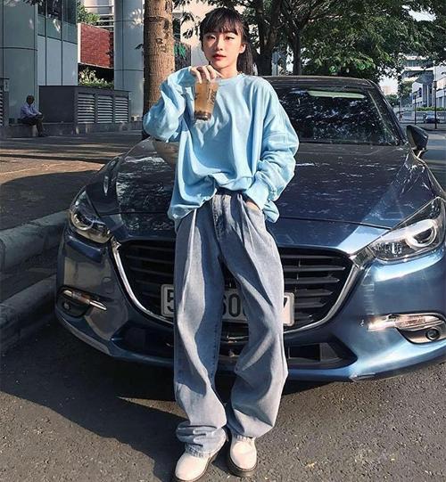 Nếu thường xuyên theo dõi thời trang Hàn Quốc, bạn sẽ thấy kiểu quần rộng như mượn của bố đang chiếm lĩnh đường phố hè này. Các cô gái Việt cũng nhanh chóng bắt nhịp với xu hướng. Quần thụng tuy trông luộm thuộm nhưng cũng rất đáng yêu và xì tai.