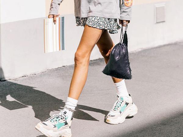 Trào lưu giày xấu (ugly sneakers) gây sốt điên đảo suốt năm 2018 với sự nhập cuộc của các thương hiệu từ bình dân cho đến cao cấp. Các cô gái đua nhau bị chinh phục bởi những mẫu giày thể thao thô kệch, to oạch so với chân.