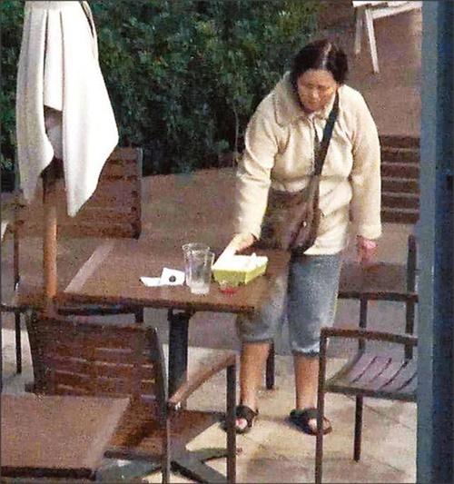 Lam Khiết Anh bị bắt gặp nhặt thức ăn thừa trên bàn tại siêu thị.