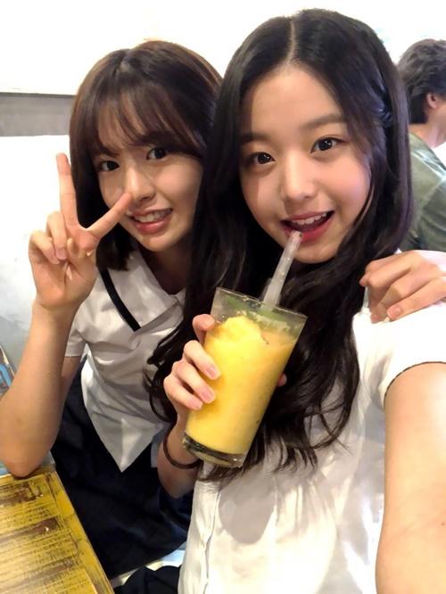 Ahn Yoo Jin và Jang Won Young tỏ ra thân thiết khi cùng đến từ một công ty quản lý.