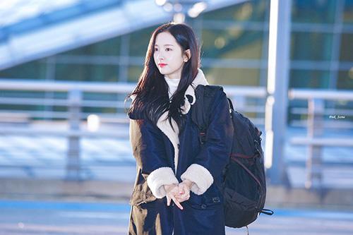 Áo khoác lót bông luôn là sự lựa chọn tiện dụng cho các sao khi ra sân bay. Bona (WJSN) được khen ngợi bằng nhan sắc mong mang khi ra sân bay lúc sáng sớm.