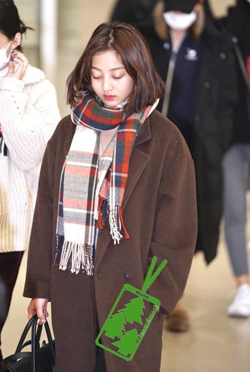 Áo trench coat, khăn quàng cổ là set đồ tiện dụng của Ji Hyo ở sân bay.