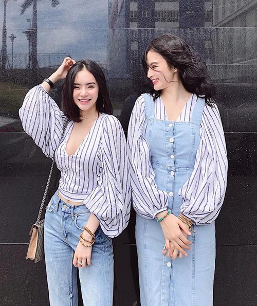 Trang phục của Phương Trinh và Phương Trang chủ yếu được sắm từ những thương hiệu bình dân dành cho giới trẻ. Nhiều bộ cánh còn do chính cô em Phương Trang thiết kế.