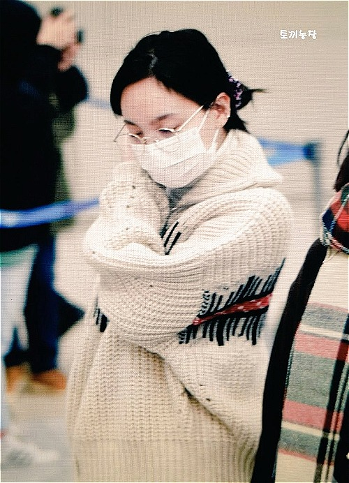 Na Yeon (Twice) luôn xuất hiện với hình ảnh xuề xòa, tóc không kịp chải, không make up khi có lịch trình quá bận rộn. Nếu không phải fan, khó ai nhận ra cô nàng là một nữ diok nổi tiếng.