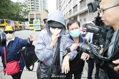 Lam Khiết Khanh né tránh ống kính và các câu hỏi từ phóng viên.