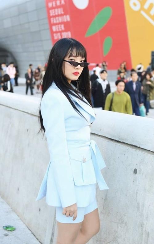 Cô nàng có phong cách thời trang, thần thái không hề kém cạnh người chị nổi tiếng. Ruyda Yoo cũng được kỳ vọng sẽ nối gót Hari Won khi đặt chân vào nghệ thuật. Vừa qua, cô gái này chào sân ấn tượng tại Seoul Fashion Week 2018.