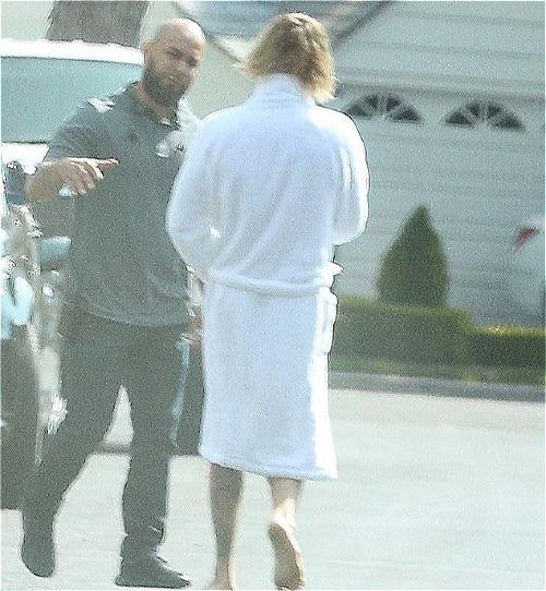 Trong năm nay, Justin từng nhiều lần xuất hiện trong bộ dạng khó hiểu. Hồi đầu tháng 10 vừa qua, anh chàng không ngại ngần khoác hờ hững áo choàng tắm ra ngoài phố.