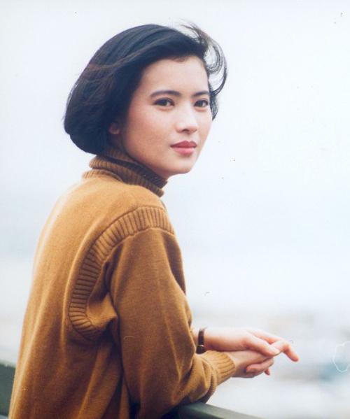 Có giai đoạn Lam Khiết Anh cắt bỏ mái tóc dài. Diện mạo của cô trông quý phái hơn khi để mái tóc ngắn cổ điển, uốn phồng.