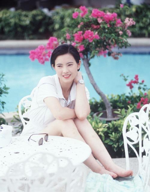 Sự nghiệp của Lam Khiết Anh đi xuống từ năm 1992. Hàng loạt cú sốc đến với bà: hai người bạn trai tự tử, bị hai người đàn ông quyền lực khác của làng giải trí cưỡng hiếp tại Singapore. Những ngày tháng cuối đời, bà sống trong trạng thái nửa điên nửa tỉnh, rối loạn tâm thần.