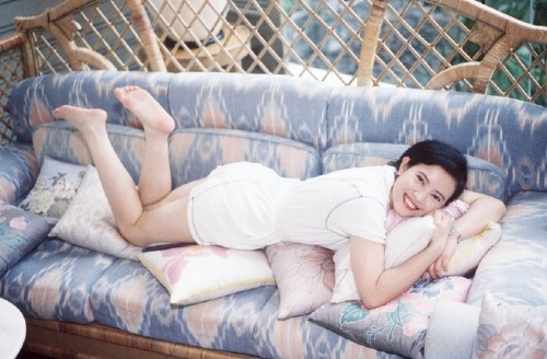 Sau gần 3 thập kỷ trôi qua, Lam Khiết Anh không còn là bông hồng quyền lực, nhan sắc nghiêng nước nghiêng thành của làng giải trí Hong Kong. Ở tuổi xế chiều, bà sống cô độc một mình và sống nhờ trợ cấp từ chính phủ.Rạng sáng 3/11, Lam Khiết Anh được phát hiện tử vong tại nhà riêng.TheoSina, sáng nay (5/11), Lam Khiết Khanh - chị gái của Lam Khiết Anh - đã đến nhà xác Victoria Public Mortuary (Hong Kong) để nhận thi thể em gái.