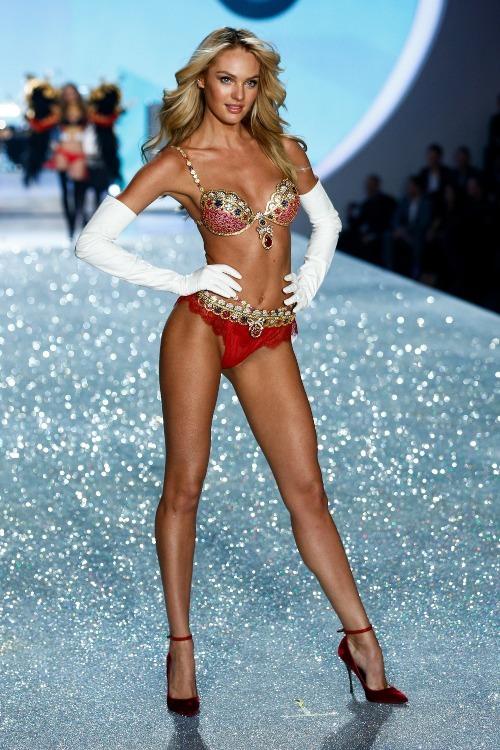 Chiếc Fantasy Bra mà thiên thần Candice Swanepoel diện vào năm 2013 được làm từ 4.200 viên đá quý và vàng 18K với điểm nhấn là viên đá ruby hình giọt lệ với kích cỡ lên tới 52 carat