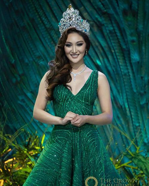 So với thời điểm mới đăng quang, người đẹp Philippines trông tươi tắn, rạng rỡ và trẻ trung hơn hẳn.
