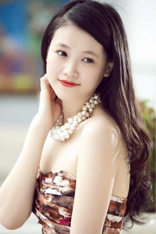Lúc còn là cô gái tuổi teen, Phương Khánh có vẻ ngoài khá bầu bĩnh, đầy đặn thay vì sắc sảo như hiện tại.