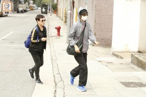 Chị gái Lam Khiết Anh (phải)đến nhận xác em gái.