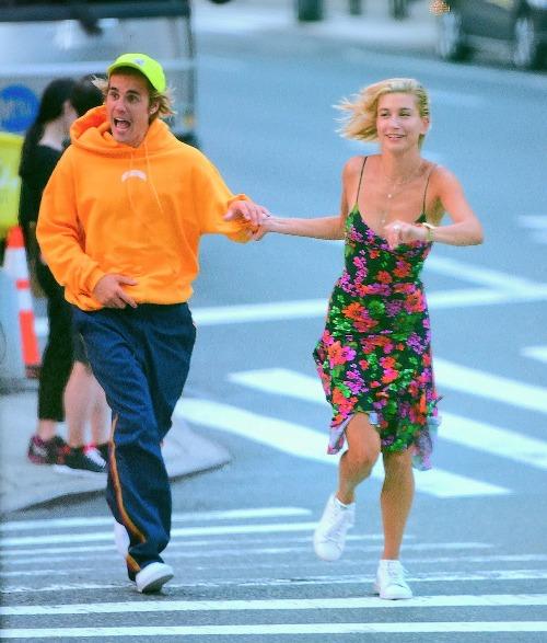 Nhiều người cho rằng Justin đã hành động bồng bột, nhất là khi anh chàng kết hôn mà không ký hợp đồng trước hôn nhân. Theo nguồn tin thân cận, Justin tin rằng tình yêu của anh và Hailey là mãi mãi.