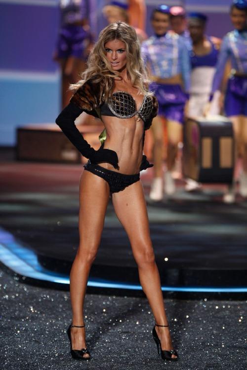 Marisa Miller là thiên thầnđược lựa chọn để trình diễnHarlequin Fantasy Bra của show 2009. Chiếc áo ngực được kết hợp từ nhiều loại kim cương có màu sắc độc đáo: trắng, màu nâu vàng rượu champagne và nâu thẫm của một ly cognac, trị giá 3 triệu USD (68 tỷ VNĐ).