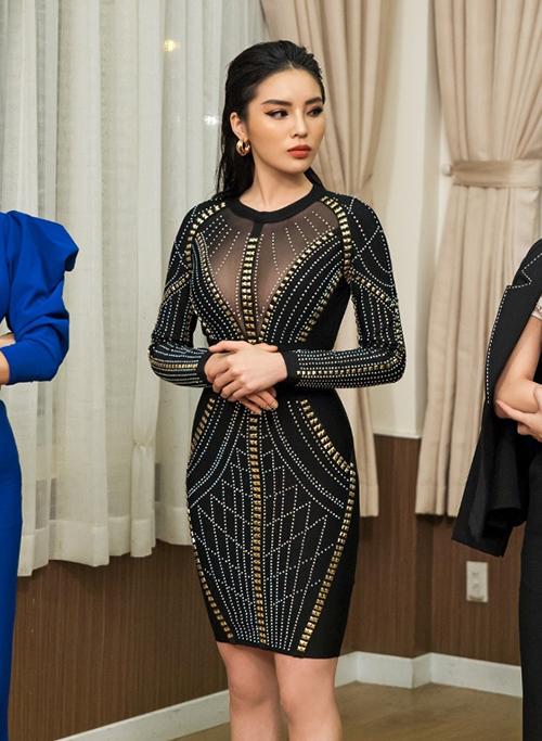Thiết kế này cũng từng được Hoa hậu Kỳ Duyên mặc trong Siêu mẫu Việt Nam 2018. Chỉ những người có thân hình đồng hồ cát mới có thể chinh phục mẫu váy dễ lộ khuyết điểm này.