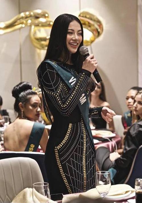 Trong một hoạt động trước thềm chung kết, tân Hoa hậu Trái đất 2018 khoe đường cong quyến rũ với bộ váy bó sát siêu kén vóc dáng.