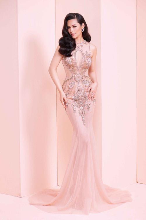 Tuy nhiên không ít người nhận ra Á hậu Hoàng My từng khoe dáng với bộ đầm này trước đó.