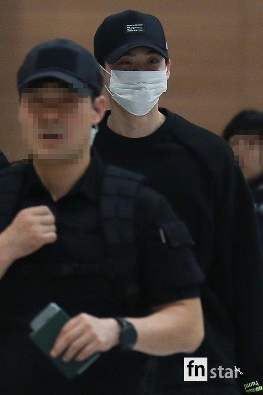 Khuôn mặt không giấu được sự mệt mỏi của Lee Jong Suk sau sự cố.
