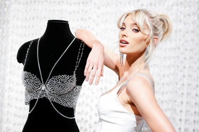 <p> Fantasy Bra có thiết kế dạng bralette kèm dây chuyền, được trang trí với hơn 2.100 viên kim cương Swarovski và đá topaz màu bạc. Thiết kế này mất hơn 930 giờ để hoàn thành.</p>