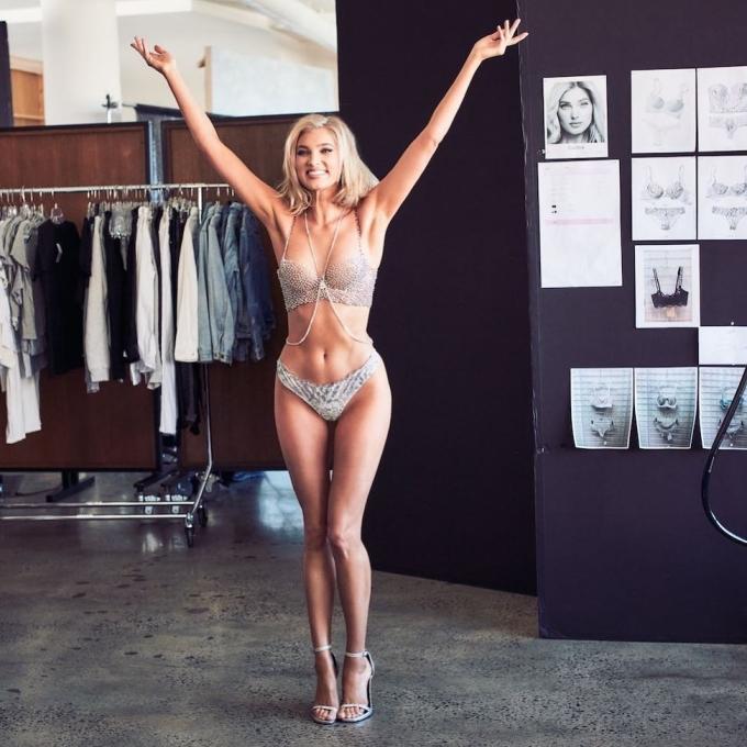 """<p> Một số fan lại cho rằng mẫu Fantasy Bra năm nay rất hợp với hình tượng """"thiên thần băng giá"""" của Elsa Hosk. Ngoài ra, mức giá 1 triệu USD tuy có vẻ """"bèo bọt"""" nhưng là một chiến lược kinh doanh thông minh để """"dụ người mua"""" của Victoria's Secret.</p>"""