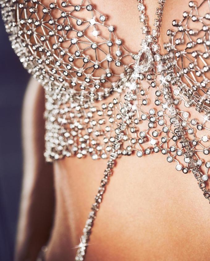 <p> Áo lót kim cương năm nay mang tên Dream Angels Fantasy Bra, trị giá 1 triệu USD (khoảng 23 tỷ VND), do thương hiệu đá quý Swarovski sáng tạo nên.</p>