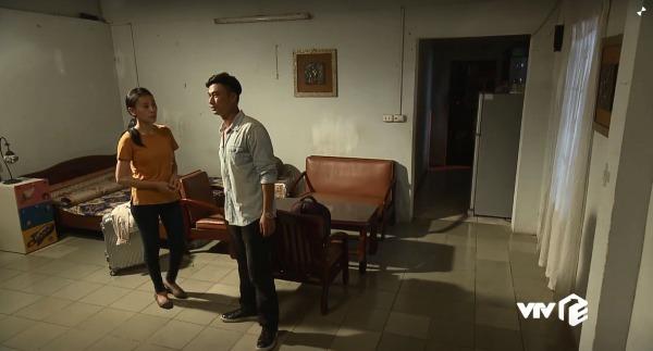 Bên trong căn nhà, đồ đạc được bày trí lại để hợp với hoàn cảnh hiện tại của Quỳnh...