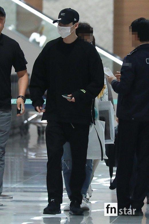 Lee Jong Suk hạ cánh tại sân bay Incheon vào rạng sáng 6/11.