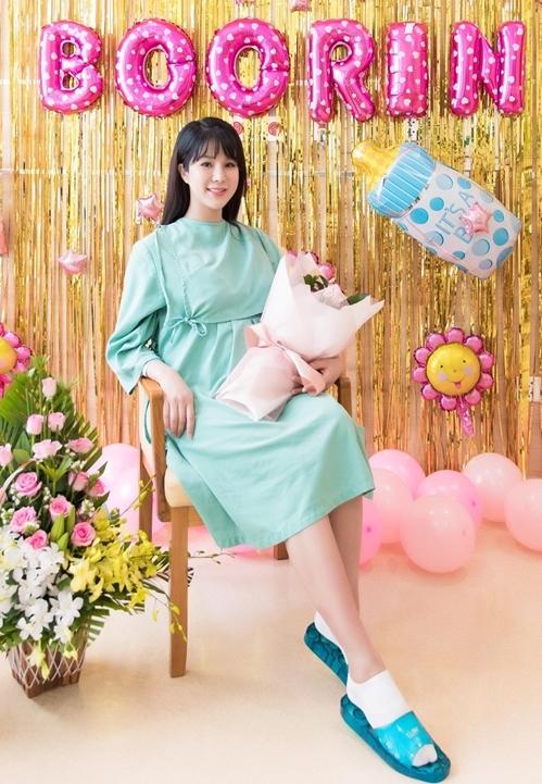 Ngày 1/11, Diệp Lâm Anh đã hạ sinh công chúa đầu lòng tại một bệnh viện quốc tế ở TP HCM. Bé nặng 3kg và được sinh bằng phương pháp sinh thường. Sau hơn 2 ngày ở viện, Diệp Lâm Anh đã được xuất viện, về nhà để nghỉ ngơi.