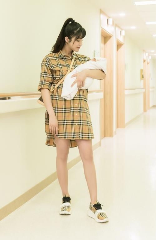 Cô diện trang phục buberry đồng điệu với giầy, xách túi LV đắt giá, khoe vóc dáng đã khá thon gọn sau khi sinh. Bà mẹ một con chứng minh việc sinh con không hề xấu xí như nhiều người lầm tưởng.