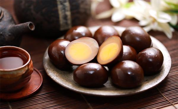 Khi nghe qua ai cũng tưởng món ăn xuất xứ từ Đài Loan này rấtkhó nhai vì nấu trứng vớisắt, nhưng thực ra tên gọi trứng sắt xuất phát từ cách chế biến công phu và tốn nhiều thời gian cùng màu đen bóng của quả trứng. Trứng gà được hầm với xì dầu và gia vị trong nhiều giờ để trứng ngả màu và thấm vị, sau đó đem sấy khô. Quá trình này được làm liên tục suốt 1 tuần cho đến khi trứng chuyển hẳn sang màu đen đậm trông như cục sắt. Khi ăn sẽ cảm thấy độ dai có phần cứng cùng vị béo bùi của lòng đỏ, hòa quyện cùng gia vị đậm đà khiến thực khách bị ghiền ngay lập tức.