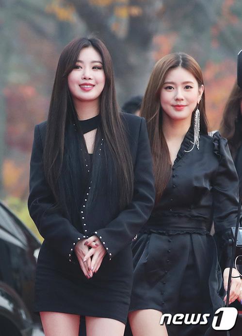 Soo Jin (tóc đen) gây chú ý nhờ thần thái sexy. Thành viên hụt của Black Pink, Mi Yeon (tóc nâu) vừa có giọng hát, vừa có visual.