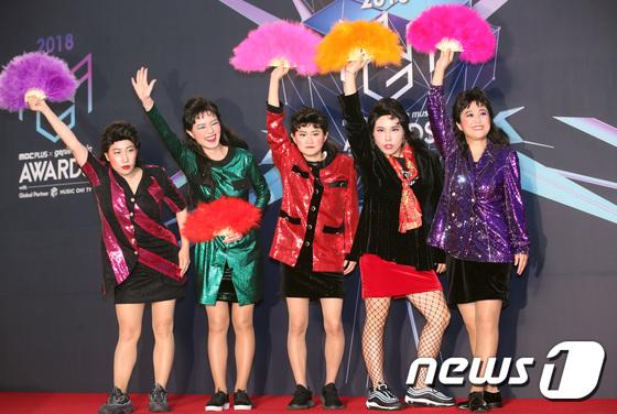 Celceb Five là tập hợp những nữ nghệ sĩ hài nổi nhất xứ Hàn, tạo thành một nhóm nhạc theo phong cách năm 80. Ca khúc của nhóm được yêu thích vì hình ảnh hài hước, sôi động của các quý cô U40.