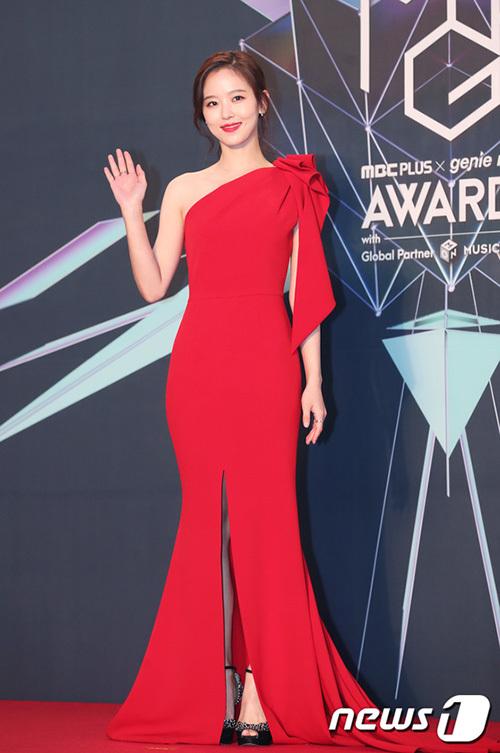 Kang Hana lộ thân hình quyến rũ, nổi bần bật với chiếc váy đỏ ở sự kiện.