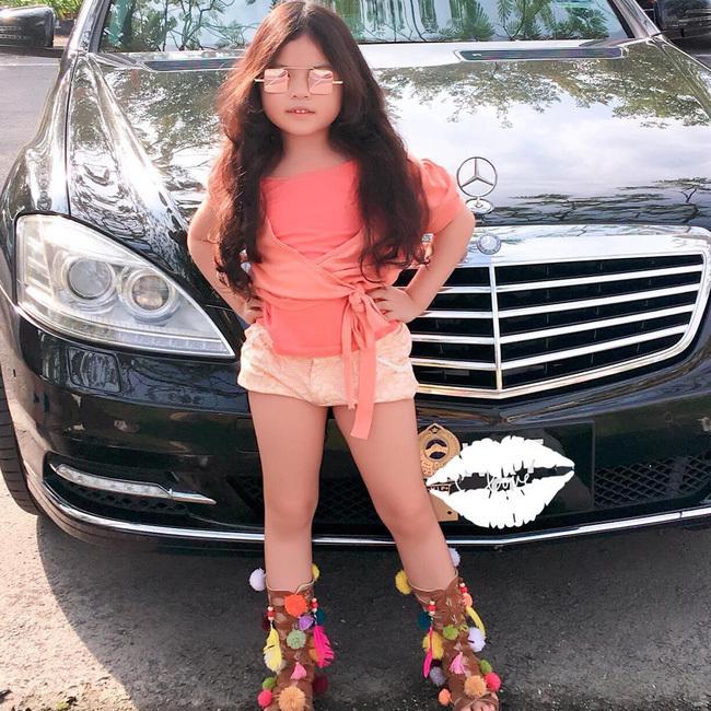 """<p> Kathy Tan Her Lin từng trở thành mẫu nhí trong BST Thu - Đông 2018 cho nhãn hàng Kenzo Paris & Paul Smith. Thần thái chuyên nghiệp, cách pose hình tự tin là thế mạnh của """"hot kid"""" 6 tuổi này.</p>"""