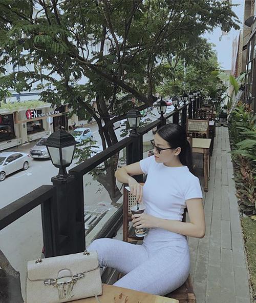 Chỉ cần diện áo phông với quần thun đơn giản, Hoa hậu Trái đất 2018 cũng đã đủ toát lên nét sang chảnh.