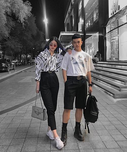 Cách phối sơ mi cùng quần tây cạp cao, thêm thắt lưng và giày thể thao mang đến vẻ sang chảnh, cá tính rất được Phương Khánh ưa chuộng ở đời thường.
