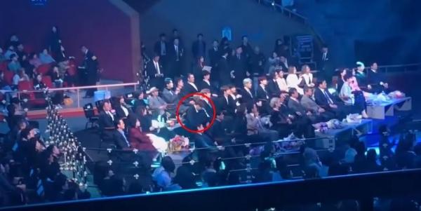 Jung Kook mải xem điện thoại khi Red Velvet biểu diễn.