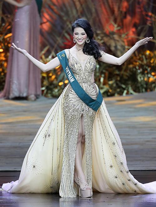 Với chiều cao 1,71 m, số đo của Phương Khánh chưa hẳn lý tưởng giữa các người đẹp Miss Earth 2018. Tuy nhiên cô biết cách làm mình nổi bật hơn bằng mẫu sandals đế dày cộp, cao đến gần 20 cm. Thiết kế này được Phương Khánh yêu thích xuyên suốt cuộc thi, giúp tân Hoa hậu trông cao ráo, mảnh mai hơn hẳn.