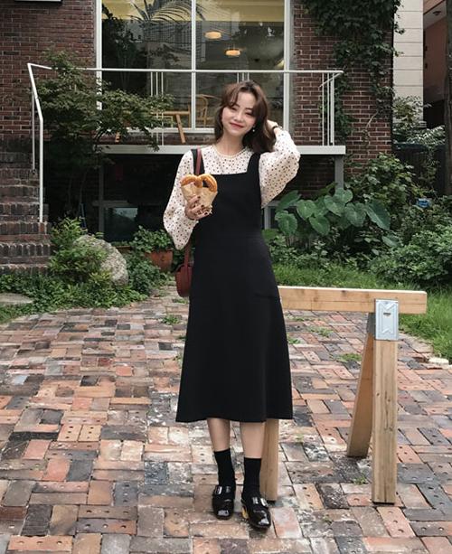 Nên chọn váy yếm với các chất liệu như denim, dạ mỏng, nhung... vừa đúng mốt lại vừa giữ ấm tốt khi trời chuyển lạnh.