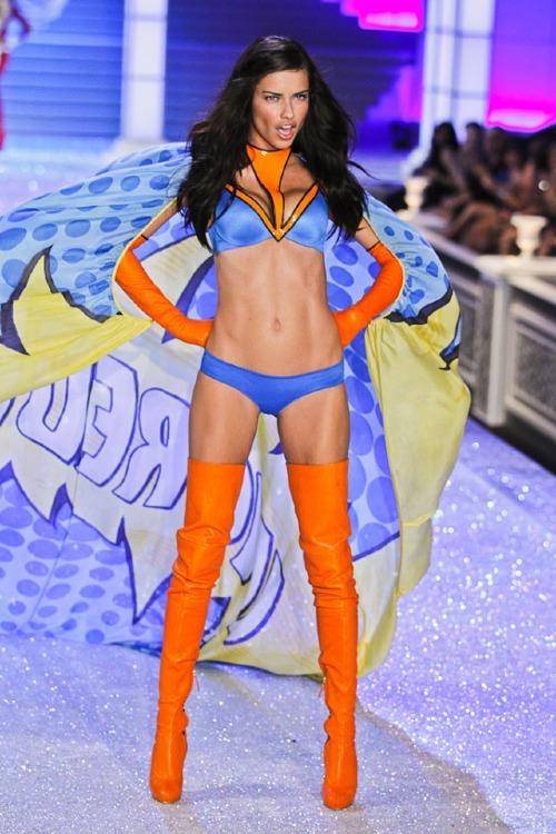 Đáng kinh ngạc là cảm xúc của khán giả khi chứng kiến thiên thần Adriana Lima hóa Superwoman tại VSFS 2011.