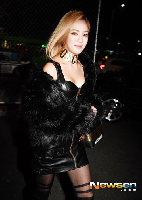 Nhân vật gây chú ý nhất chính là thành viên SNSD Hyo Yeon. Cô nàng diện trang phục đen chất lừ, chiếm spotlight của dàn sao tham dự.